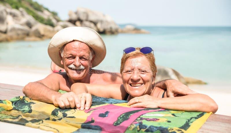 资深夫妇度假者获得在酸值苏梅岛热带海滩的真正乐趣在泰国-在异乎寻常的情景的游览游览 免版税库存图片