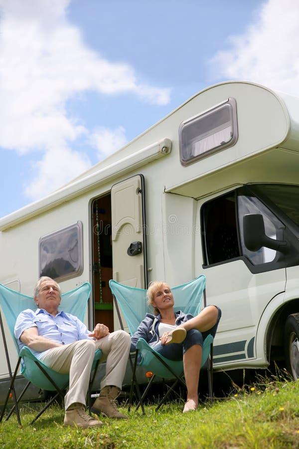 资深夫妇放松的野营 免版税图库摄影