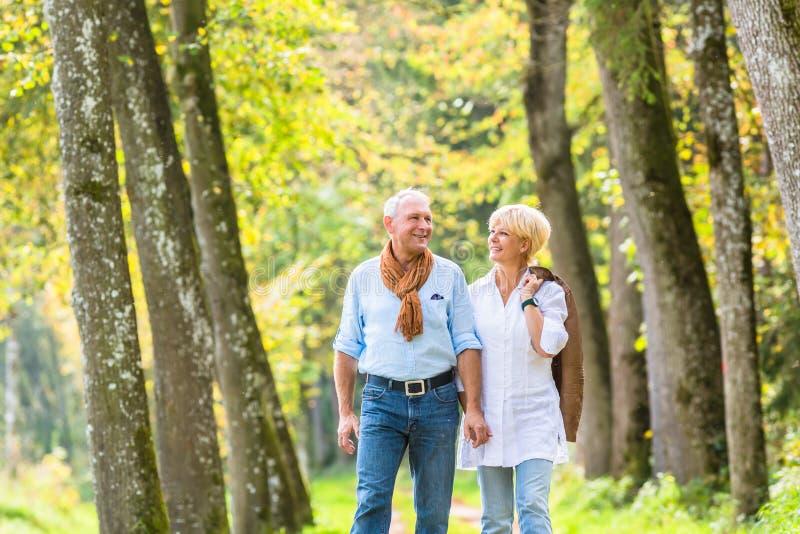 Download 资深夫妇有休闲步行在森林 库存照片. 图片 包括有 高级, 森林, 人们, 一起, 妻子, 游览, 丈夫 - 59101892