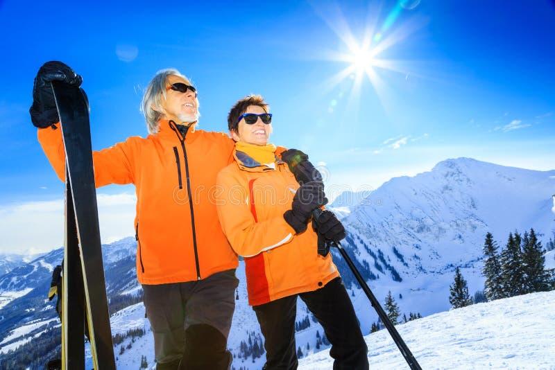 资深夫妇滑雪 免版税图库摄影