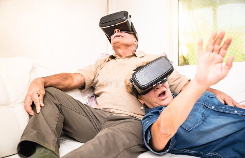 资深夫妇获得乐趣与虚拟现实耳机一起 免版税库存图片