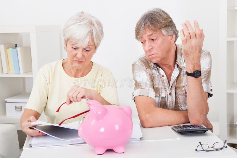 资深夫妇计算的财务 库存照片