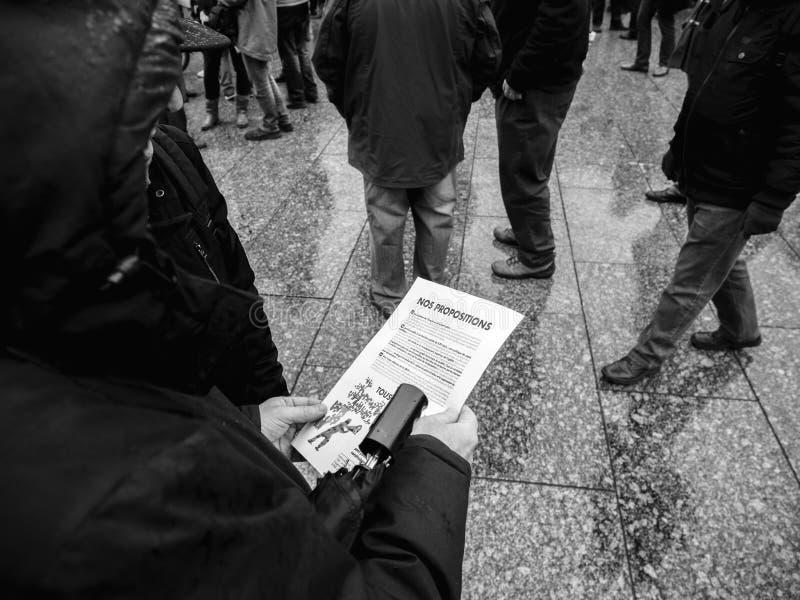 资深夫妇读书明显在抗议在法国 库存照片