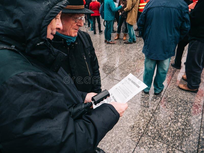 资深夫妇读书明显在抗议在法国 库存图片