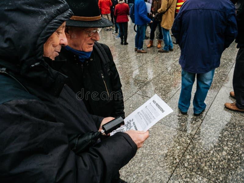资深夫妇读书明显在抗议在法国 图库摄影
