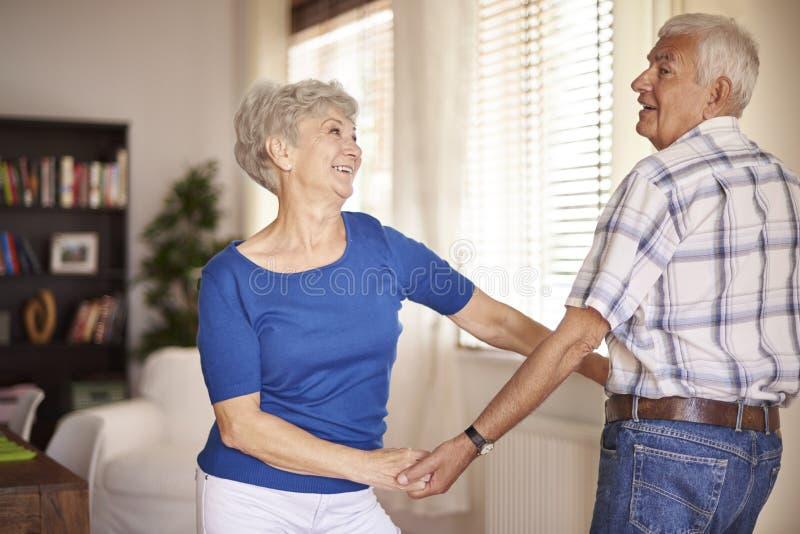 资深夫妇跳舞在客厅 免版税库存照片