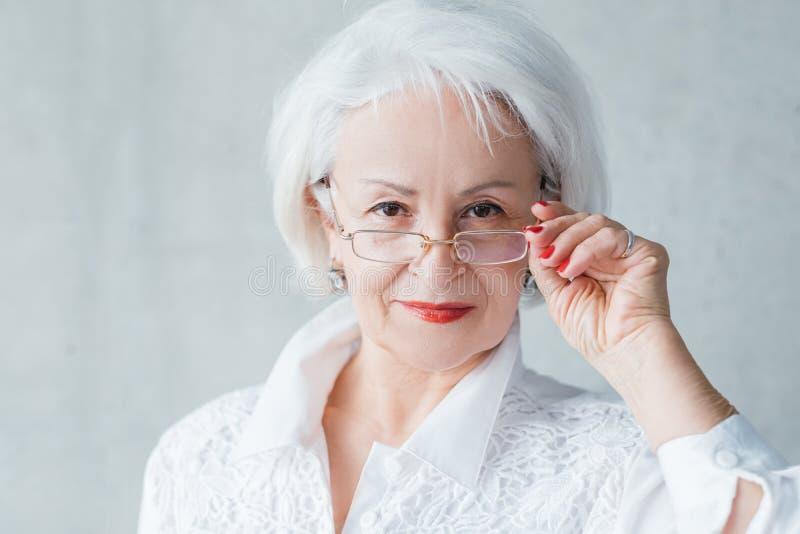 资深女商人评价自信的夫人 免版税库存图片