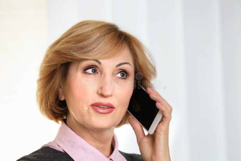 资深女实业家画象谈话由手机 库存照片