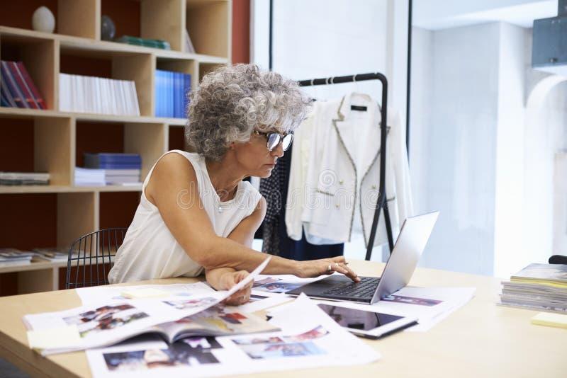 资深女性媒介创造性工作在杂志布局 免版税库存图片
