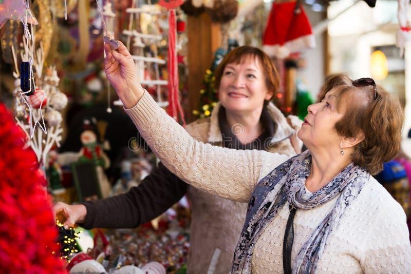 资深妇女在圣诞节市场上 免版税库存照片
