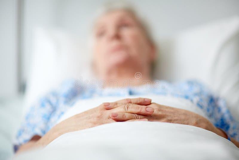 资深妇女在医院 免版税库存照片