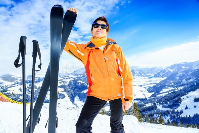 资深妇女滑雪 图库摄影