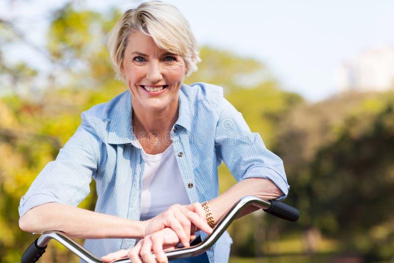 资深妇女自行车 库存照片
