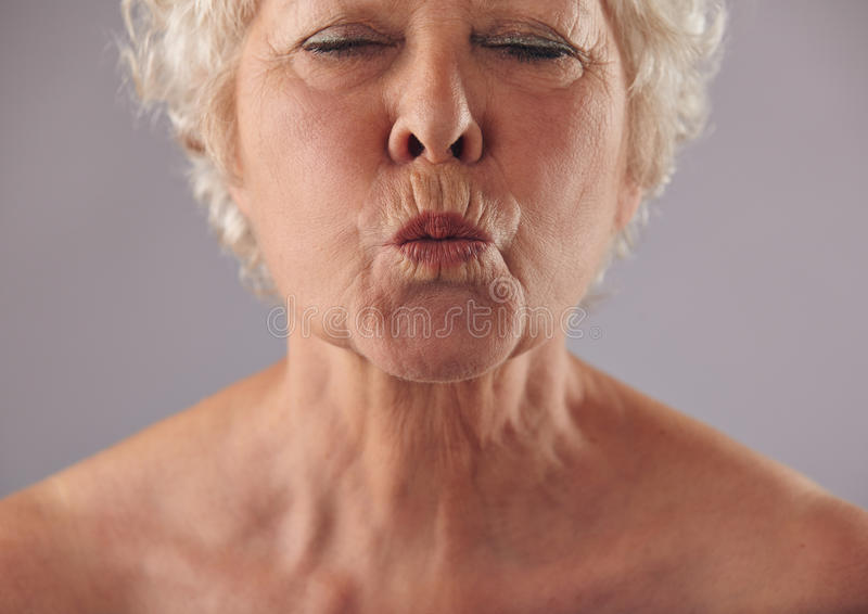 资深妇女起皱的嘴唇 库存图片