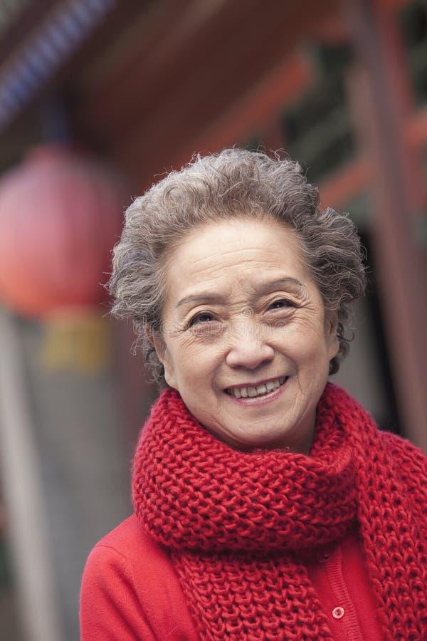 资深妇女画象在一个繁体中文大厦之外的 免版税库存照片