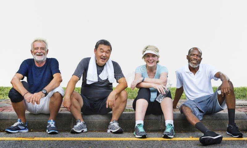 资深小组朋友锻炼放松概念 免版税库存照片