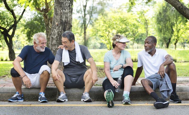 资深小组朋友锻炼放松概念 免版税库存图片