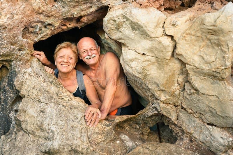资深愉快的夫妇获得乐趣在Kayangan洞入口  库存照片