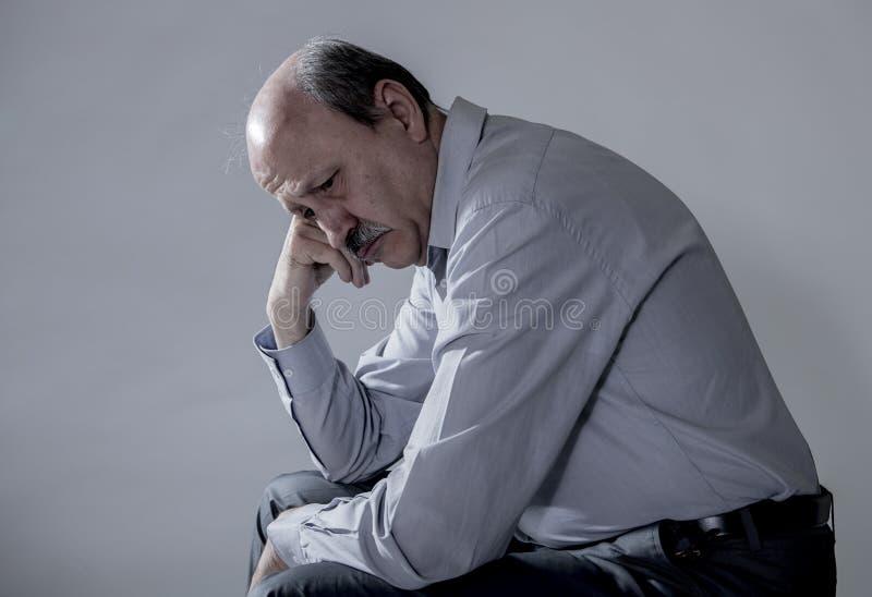 资深成熟老人顶头画象看起来他的60s的哀伤和担心的遭受的痛苦和消沉在悲伤面孔表示 库存照片