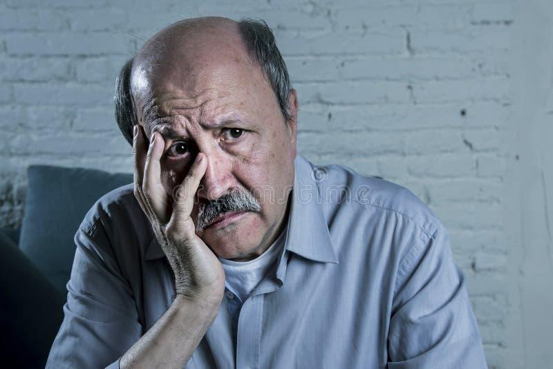 资深成熟老人顶头画象看起来他的70s的哀伤和担心的遭受的老年痴呆症 免版税库存图片