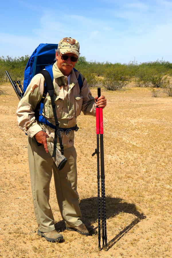 资深猎人在沙漠 库存照片