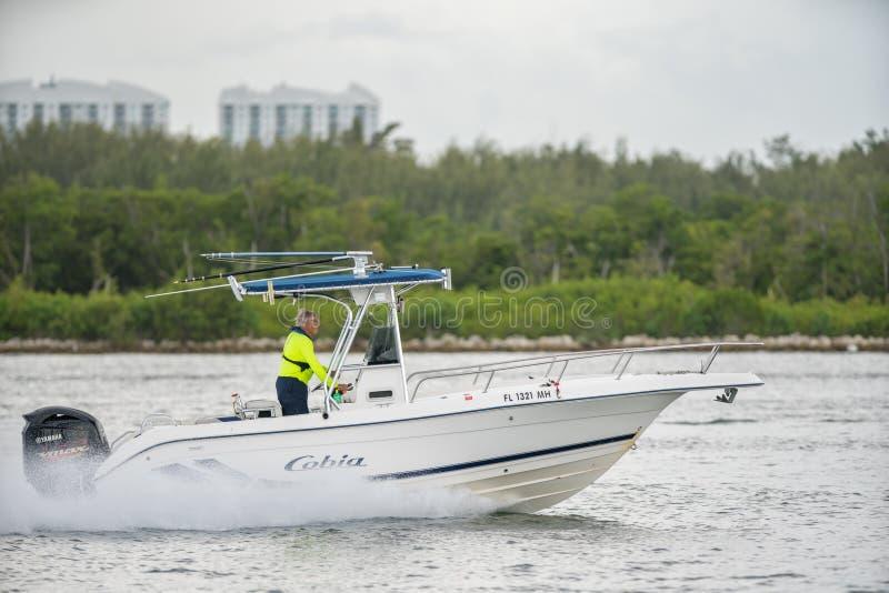 资深生活方式概念 老人飞行员体育渔船 与300mm远摄镜头的射击 免版税库存图片