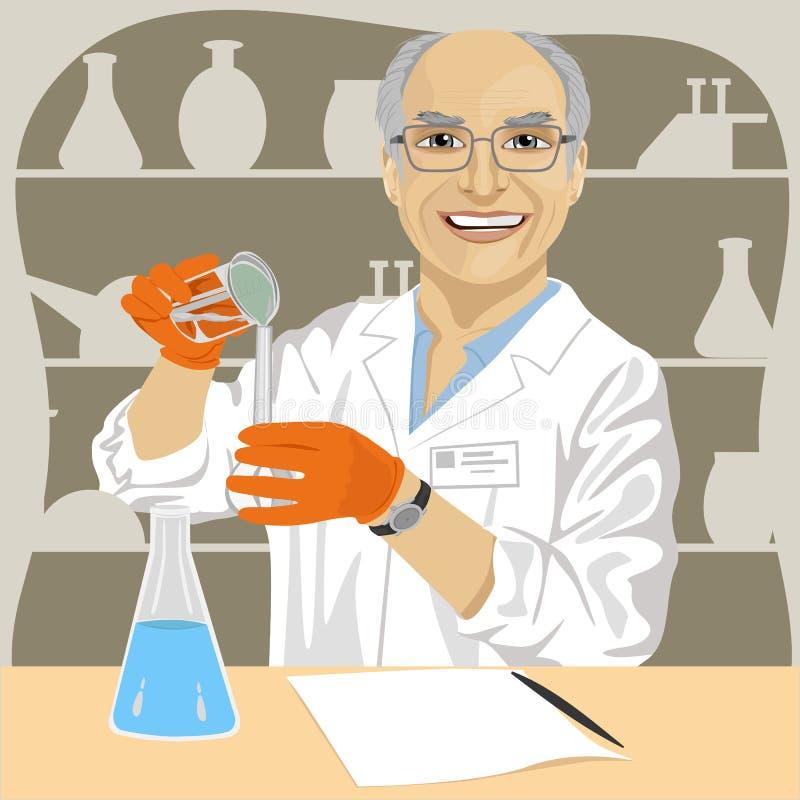 资深男性科学家混合的化学制品在实验室 皇族释放例证