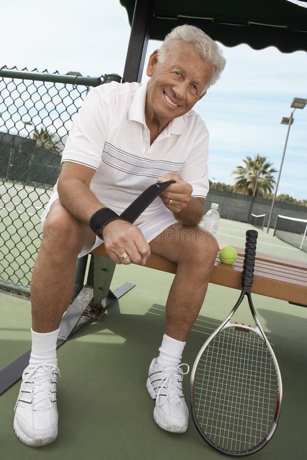 资深男性网球员佩带的袖口 库存照片
