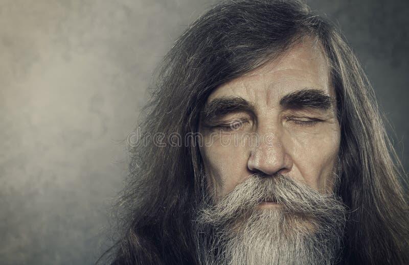 资深老人注视闭合,老年人画象,年迈的面孔 库存照片