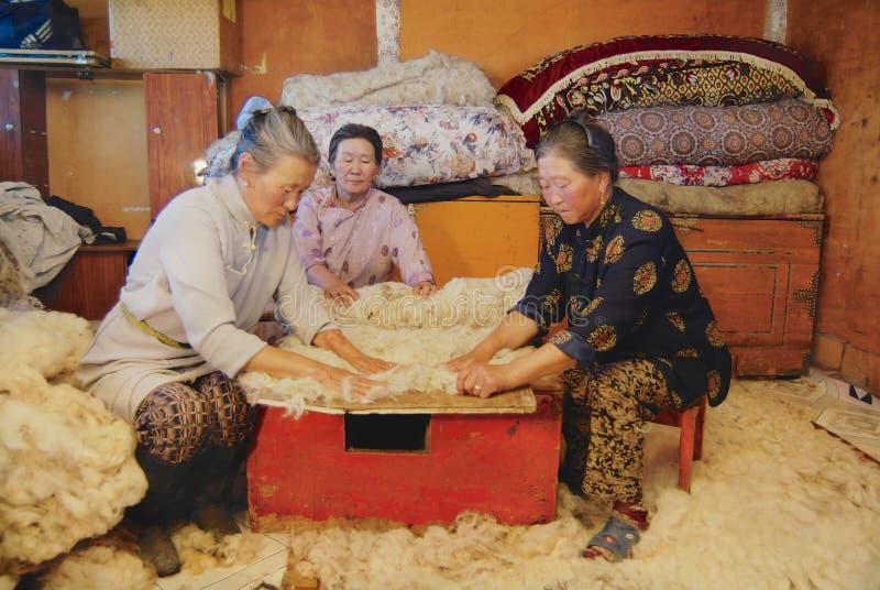 资深蒙古妇女在Harhorin,蒙古生产毛毡 库存照片