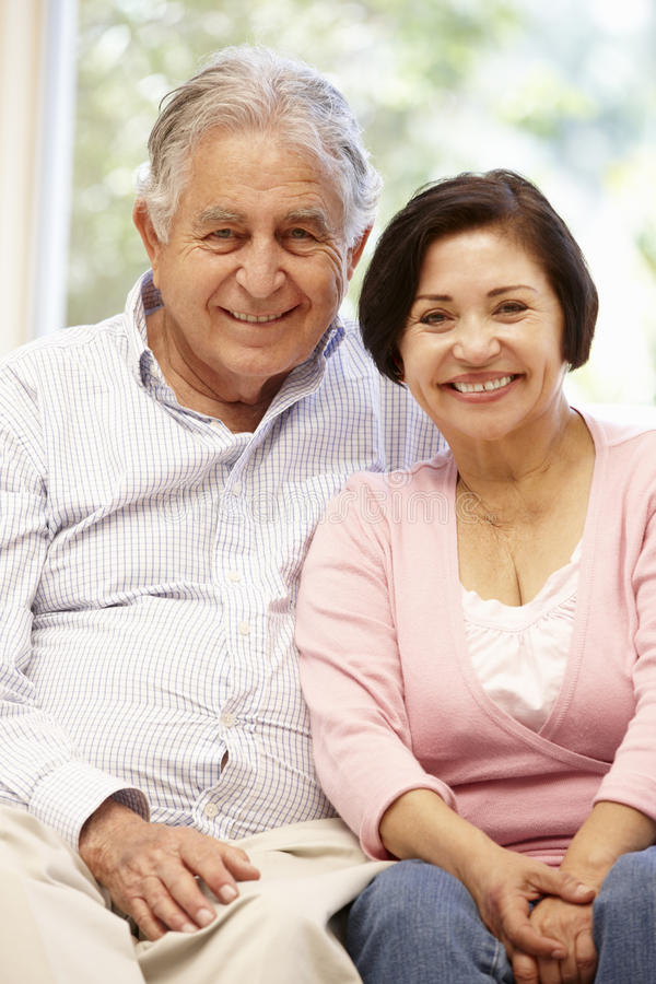 资深西班牙夫妇在家 免版税库存图片