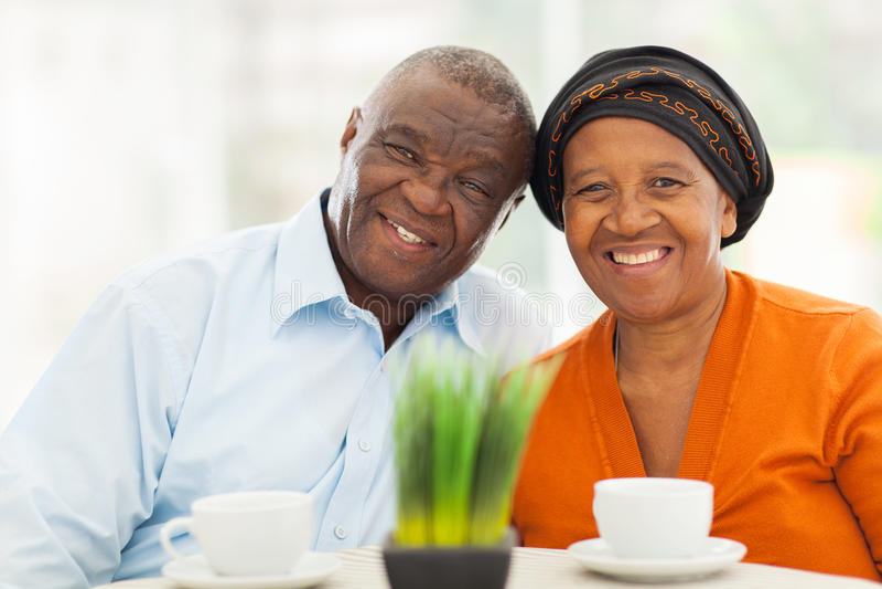 资深非洲夫妇回家 免版税库存照片