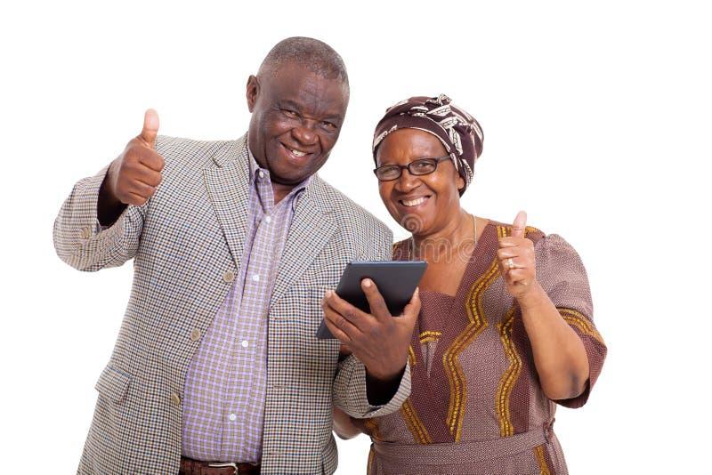 资深非洲夫妇片剂个人计算机 库存图片