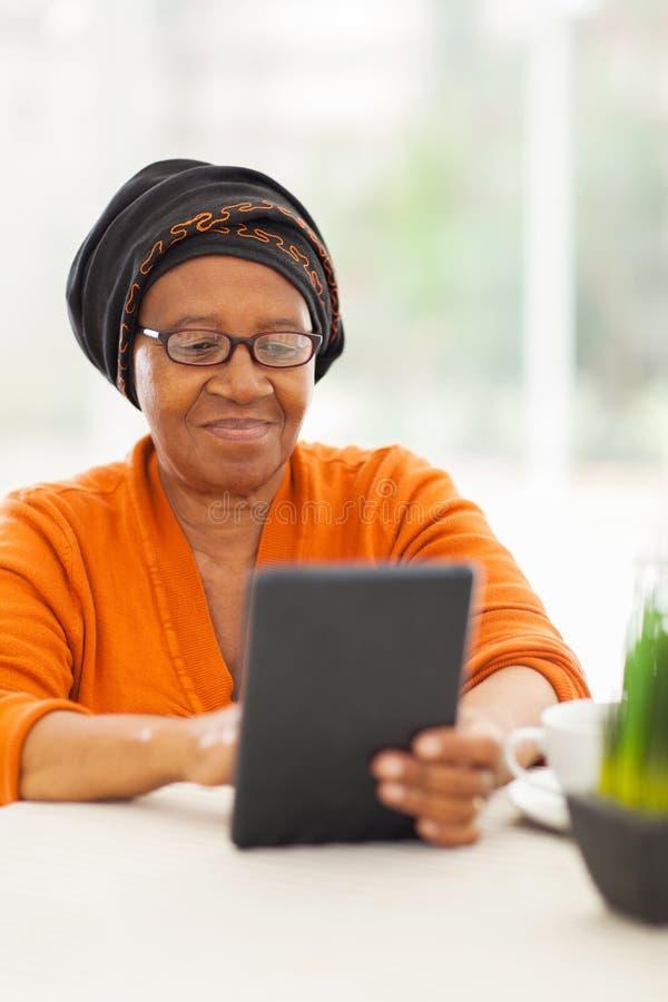 资深非洲妇女片剂 免版税库存照片