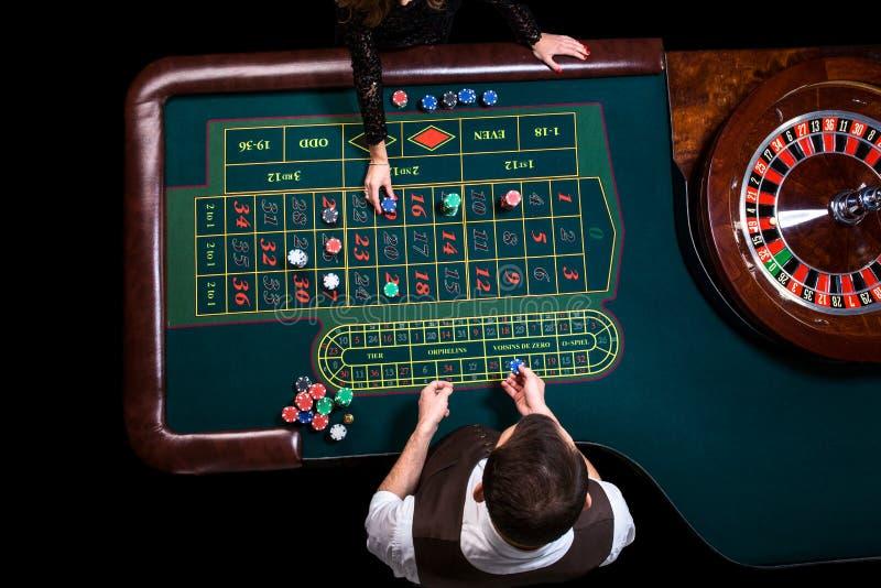 赌博娱乐场副主持人和绿色轮盘赌桌的顶视图 Ga 图库摄影