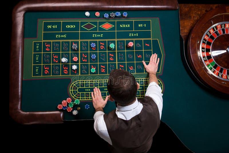赌博娱乐场副主持人和绿色轮盘赌桌的顶视图 Ga 库存照片
