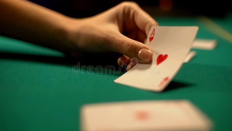 赌博娱乐场副主持人心脏、啤牌和大酒杯赌博娱乐场比赛,时运陈列一点  免版税库存照片