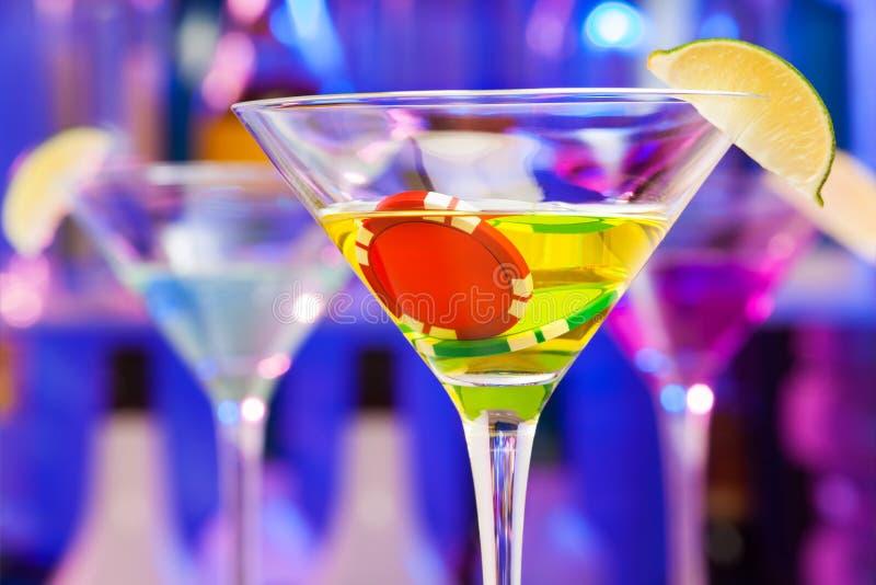 赌博娱乐场在与酒精玻璃和石灰的酒吧切削 库存图片