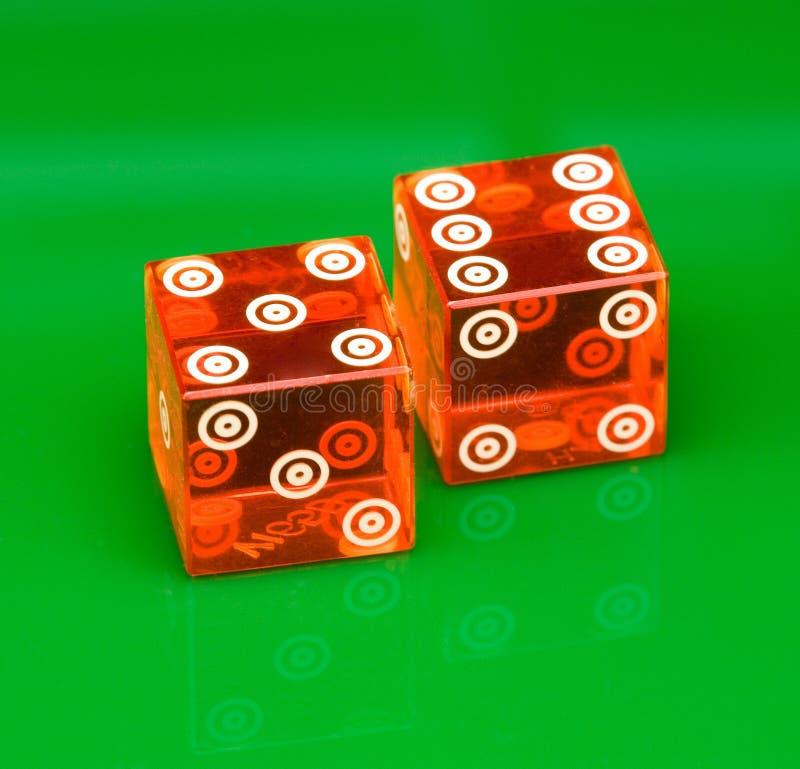 赌博娱乐场在绿色背景切成小方块 免版税库存图片