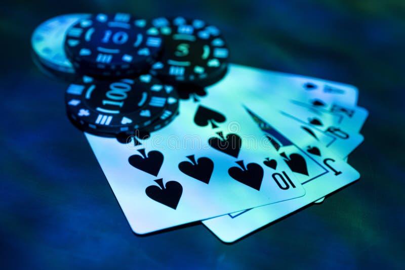 赌博娱乐场抽象照片 在红色背景的扑克牌游戏 题材赌博 免版税库存图片