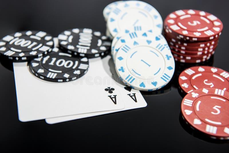 赌博娱乐场摘要照片 在红色背景的扑克牌游戏 题材赌博 库存图片