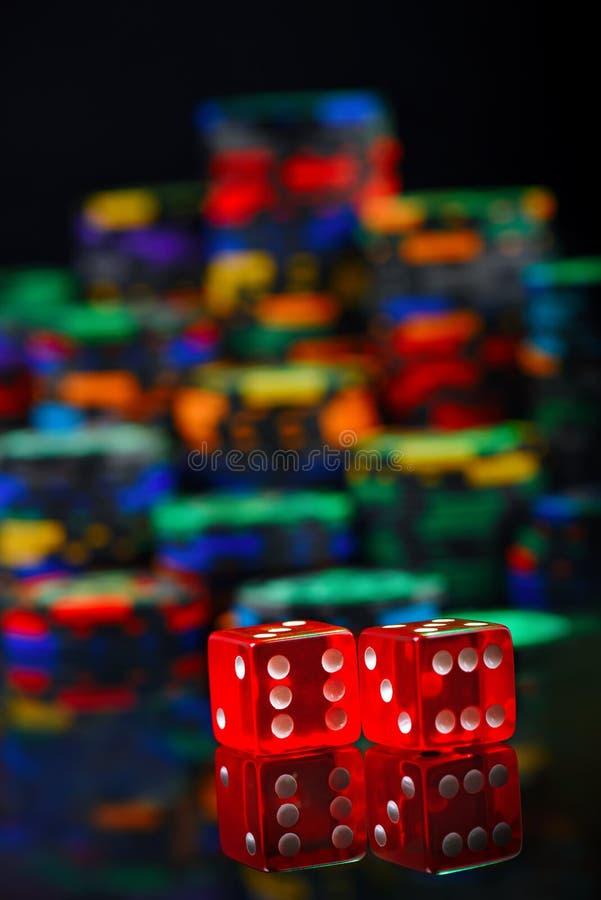 赌博娱乐场红色切成小方块和色的堆在被弄脏的背景的芯片 免版税库存照片