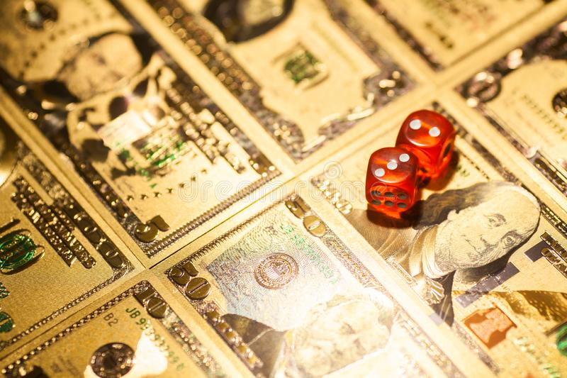 赌博娱乐场红色在赌桌美元票据背景切成小方块 库存照片