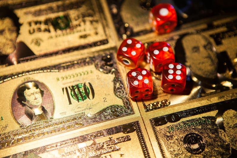 赌博娱乐场红色在赌桌美元票据背景切成小方块 免版税库存图片