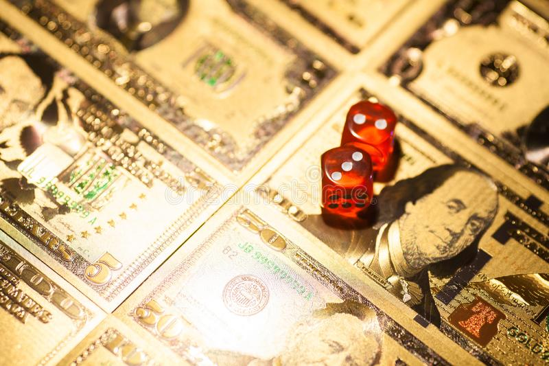 赌博娱乐场红色在赌桌美元票据背景切成小方块 免版税图库摄影