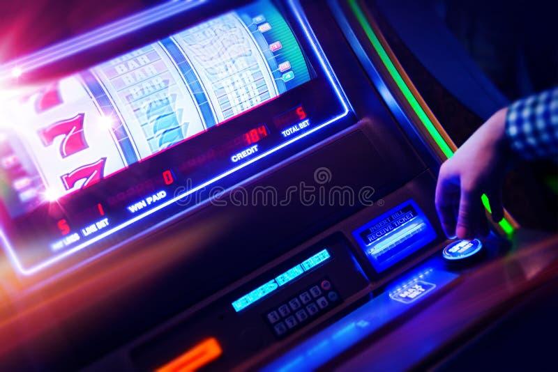 赌博娱乐场老虎机球员 免版税库存照片