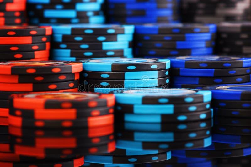 赌博娱乐场背景大堆色的纸牌筹码 库存照片