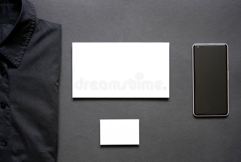 赌博娱乐场芯片、黑衬衣、名片、信封和手机 免版税库存图片