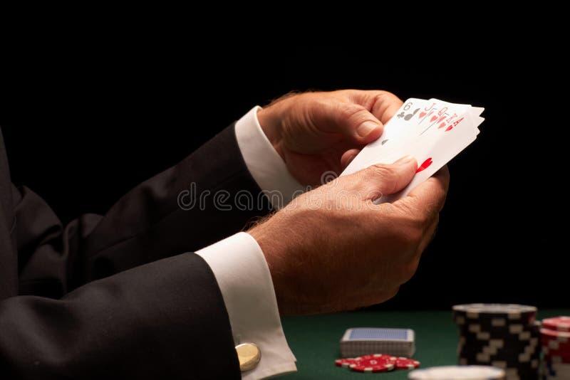 赌博球员啤牌的娱乐场筹码 库存照片