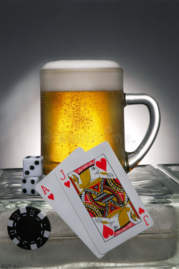 赌博的啤酒 免版税库存图片